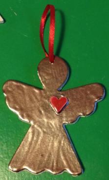 Bronzen engel met rood hart